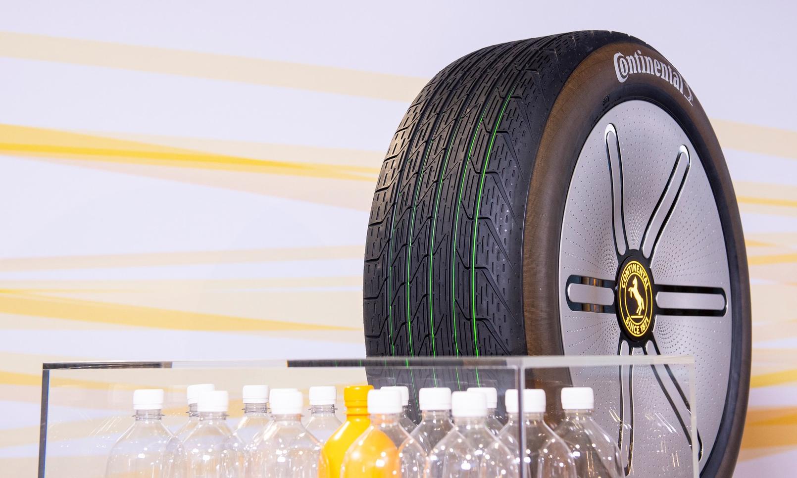 Lốp ôtô với ý tưởng làm từ chai nhựa tái chế trưng bày tại triển lãm ôtô Munich, Đức. Ảnh: Continental