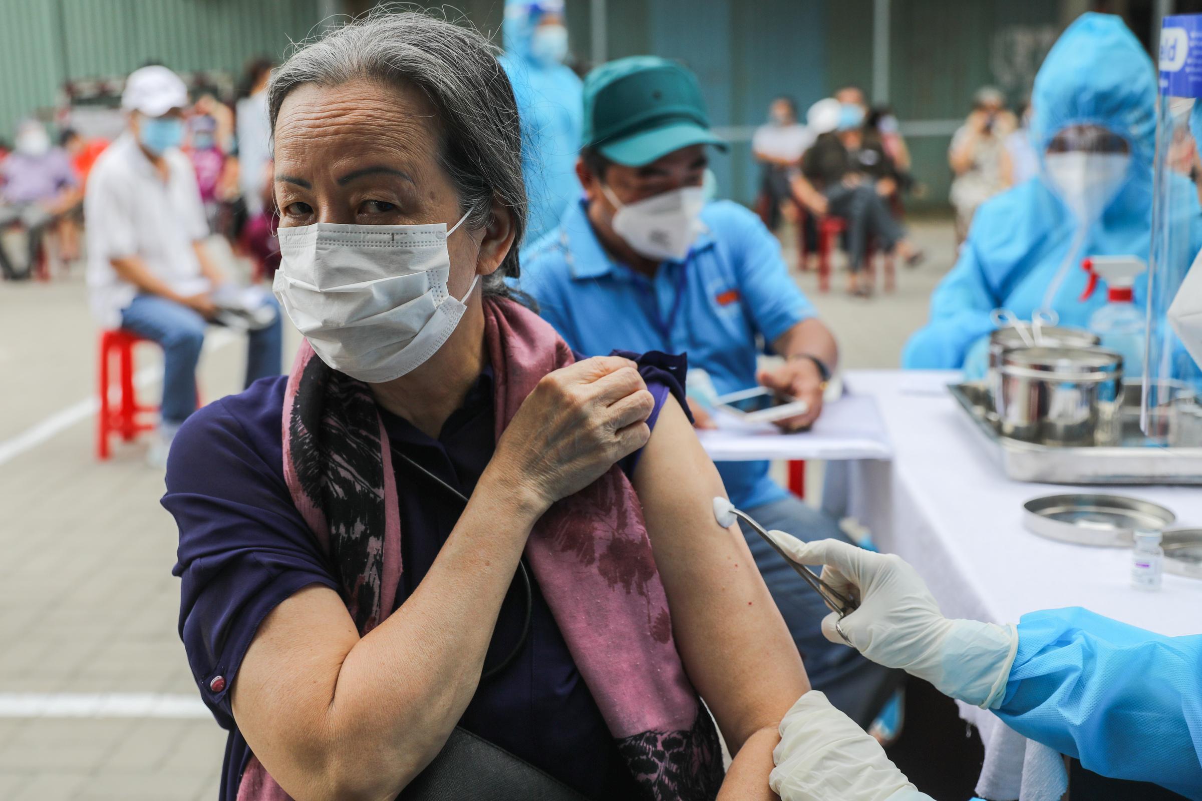 Tiêm vaccine cho người dân trên xe tiêm vaccine lưu động ở quận Gò Vấp, ngày 14/8. Ảnh: Quỳnh Trần