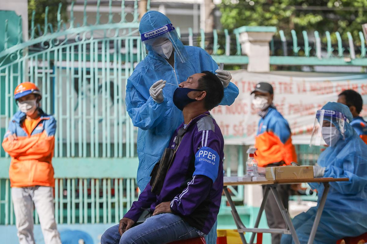 Shipper được lấy mẫu tại trạm y tế lưu động ở quận Gò Vấp, hôm 31/8. Ảnh: Quỳnh Trần