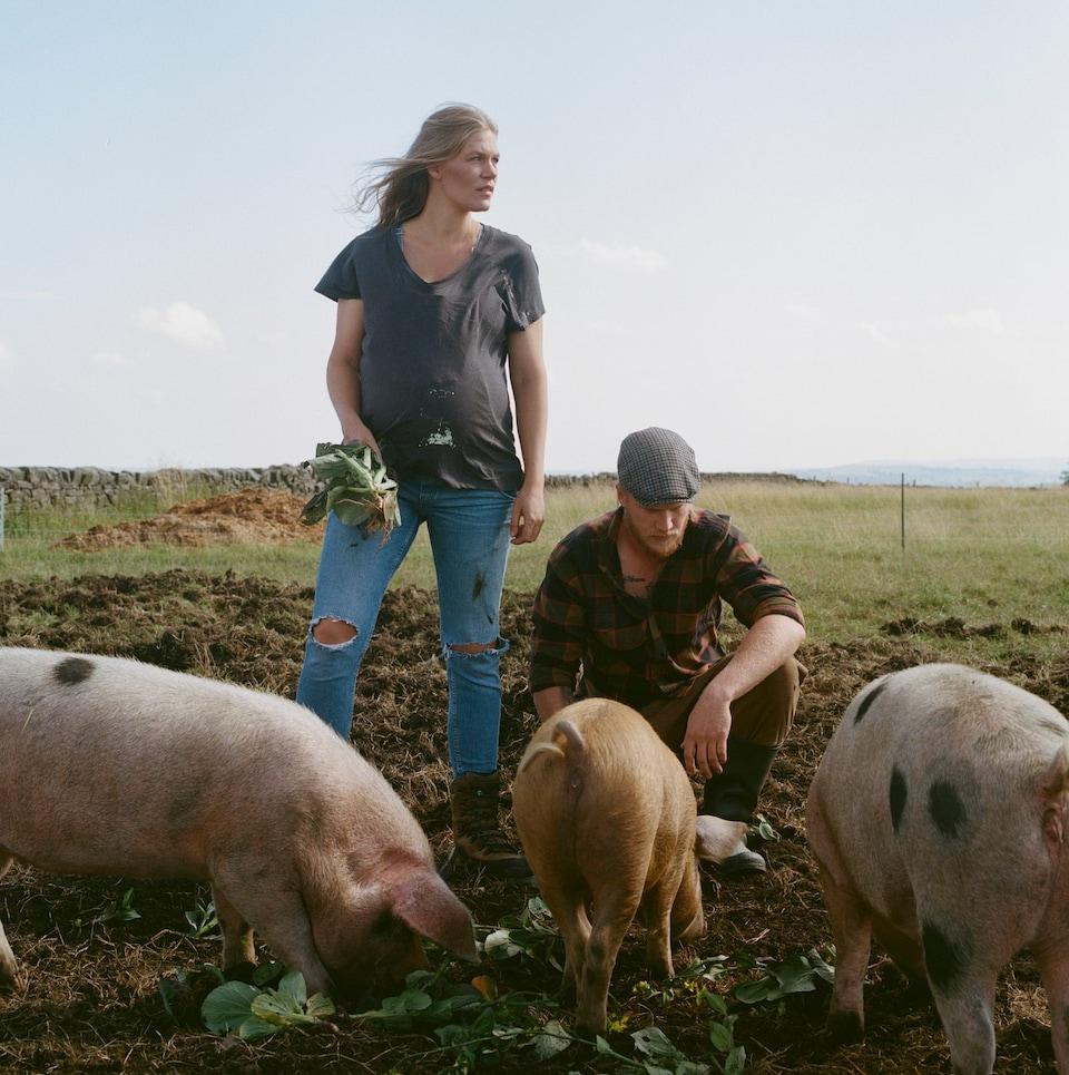 Ness Knight (trái) và bạn trai Jake Smith (phải) bên đàn lợn trên cánh đồng. Ảnh: Thomas Duffield