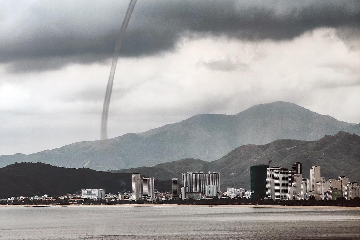 Vòi rồng xuất hiện trên biển Nha Trang, hồi 14h25 ngày 7/9. Ảnh: Thanh Dương