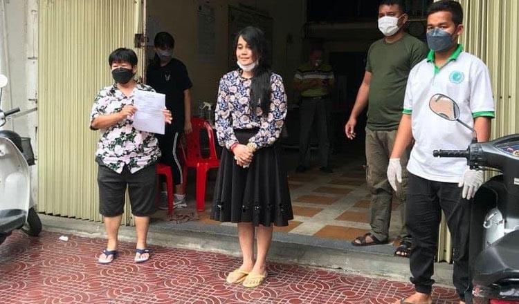 Chủ tài khoản Ah July (giữa) được giới chức Campuchia dẫn đi điều trị tâm lý hôm 5/9. Ảnh: Khmer Times.