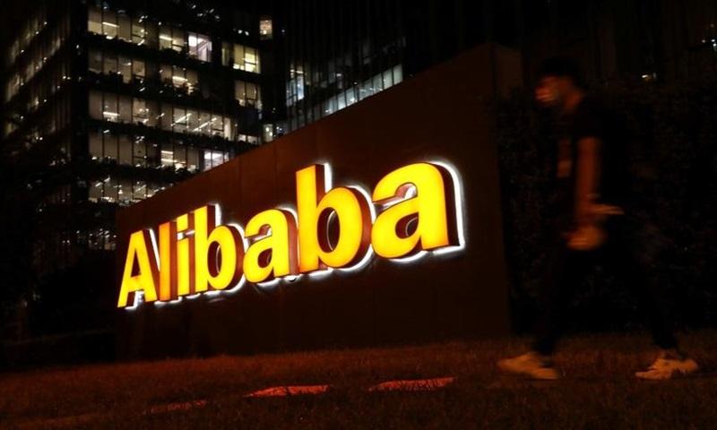 Logo Tập đoàn Alibaba bên ngoài tòa nhà văn phòng ở Bắc Kinh, Trung Quốc hôm 9/8. Ảnh: Reuters.