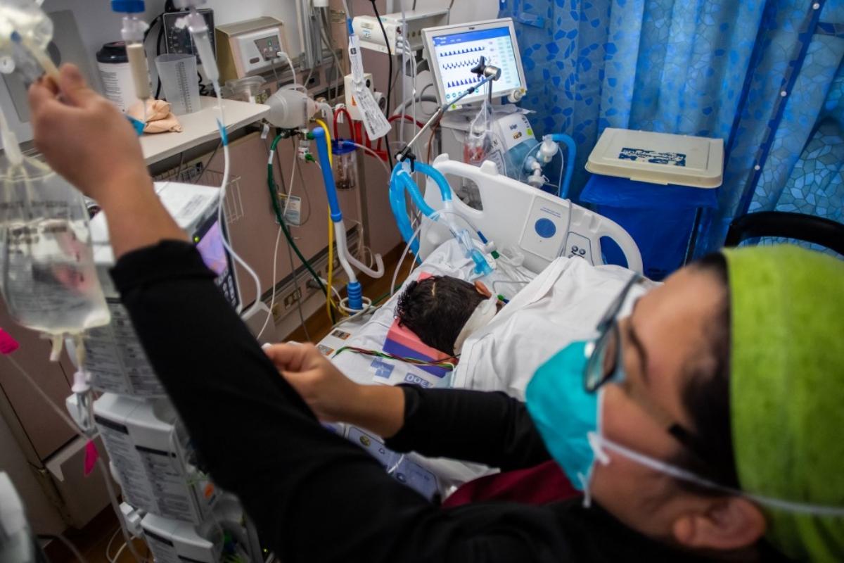 Nhân viên y tế thăm khám một bệnh nhân Covid-19 tại Tarzana, California, Mỹ, hôm 2/9. Ảnh: AFP.