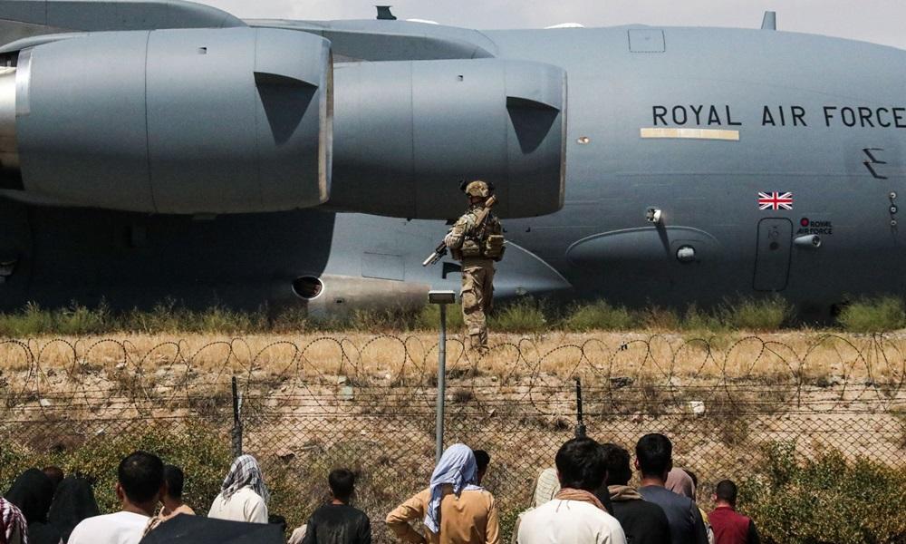 Thành viên lực lượng vũ trang Anh tham gia cuộc sơ tán tại sân bay Kabul, Afghanistan tháng trước. Ảnh: Bộ Quốc phòng Anh.