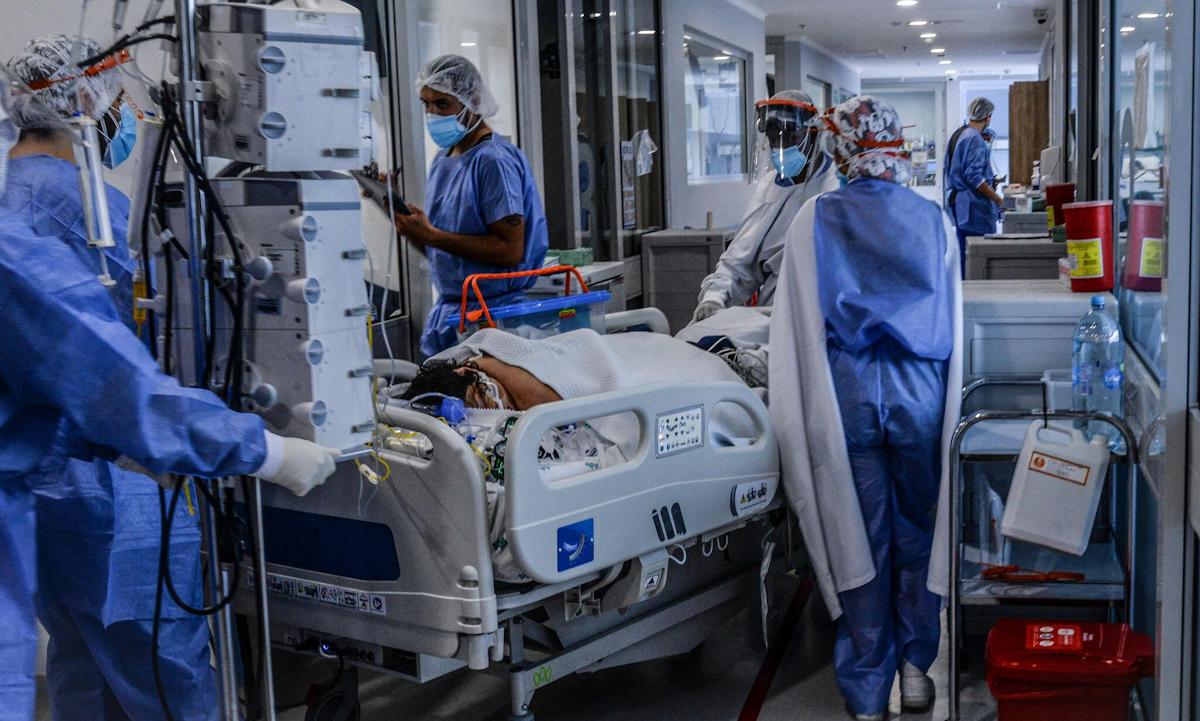 Các bác sĩ chăm sóc một bệnh nhân Covid-19 tại bệnh viện ở Bogota, Colombia hồi tháng 5. Ảnh: AFP.