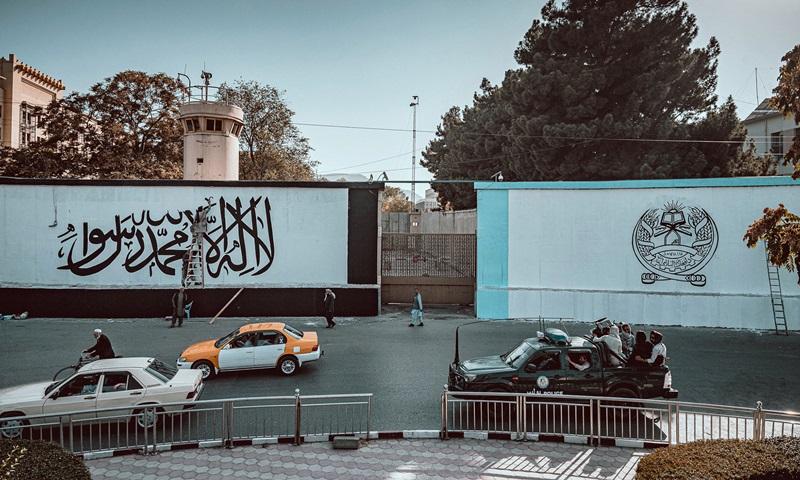 Cờ và biểu tượng Taliban được sơn bên ngoài tòa nhà là đại sứ quán cũ của Mỹ ở kabul, Afghanistan hôm 6/9. Ảnh: Twitter/Jake Simkin.