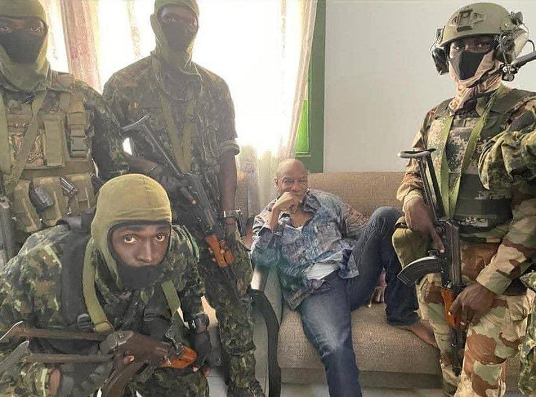 Các binh sĩ vũ trang vây quanh Tổng thống Guinea Alpha Conde hôm 5/9. Ảnh: Twitter/@citizentvkenya.