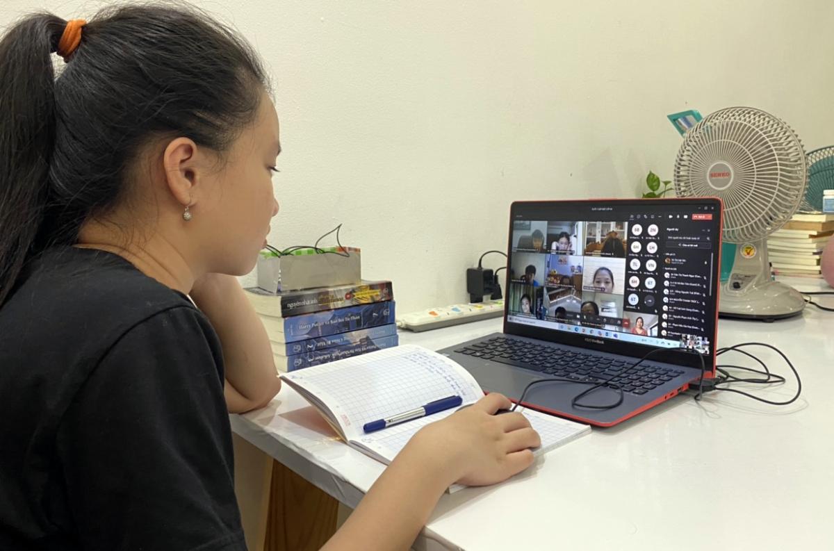 Học sinh lớp 6 trường THCS Nguyễn Du (quận 1, TP HCM) học trực tuyến ngày 1/9. Ảnh: Phụ huynh cung cấp