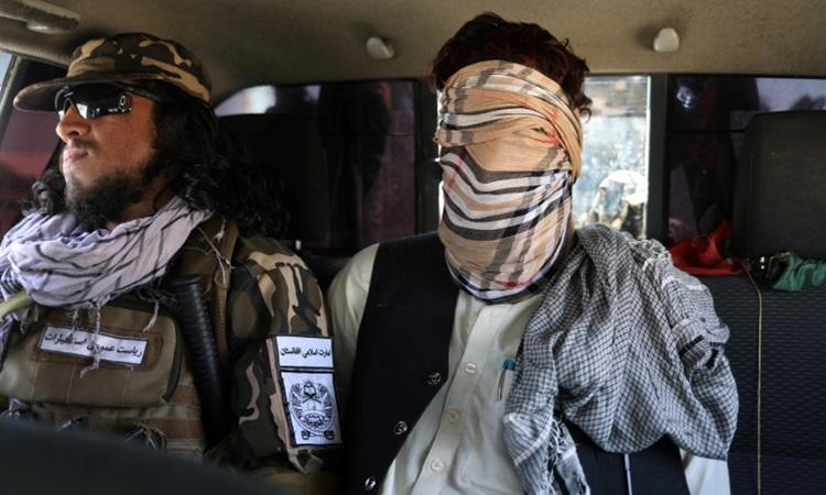 Nghi phạm khủng bố IS (phải) bị Taliban diễu phố ở Kabul, Afghanistan trong bức ảnh được công bố hôm 4/9. Ảnh: Reuters.