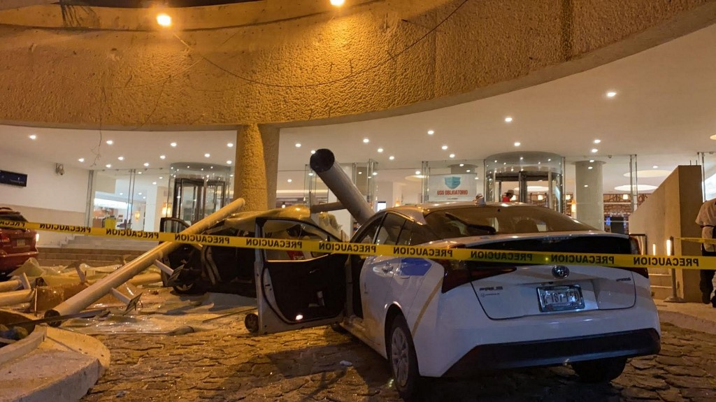 Những chiếc xe bị hư hại trong trận động đất ở Acapulco, Mexico, hôm 7/9. Ảnh: AFP.