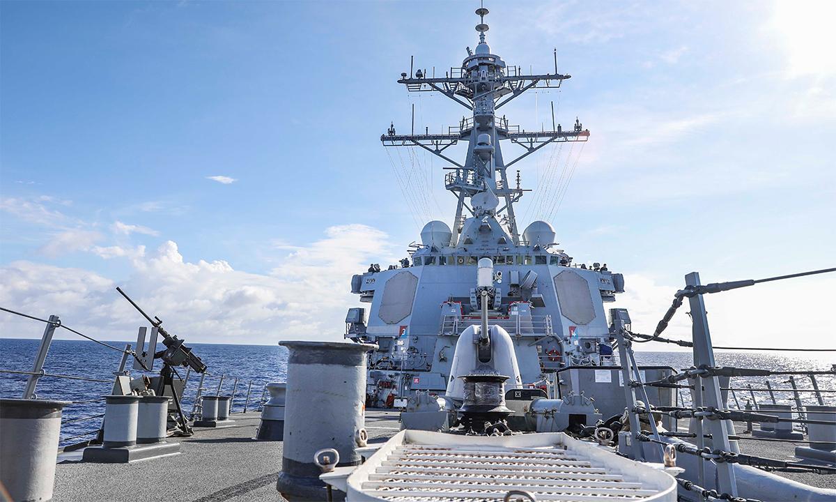 Khu trục hạm USS Benfold di chuyển trên Biển Đông ngày 8/9. Ảnh: US Navy.