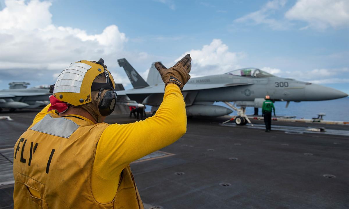 Tiêm kích F/A-18E chuẩn bị cất cánh từ tàu sân bay USS Carl Vinson trên Biển Đông ngày 6/9. Ảnh: US Navy,