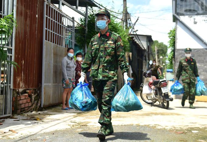 Bộ đội giao lương thực, thực phẩm đến tận nhà người dân ở TP HCM trong thời gian siết chặt giãn cách. Ảnh: Như Quỳnh