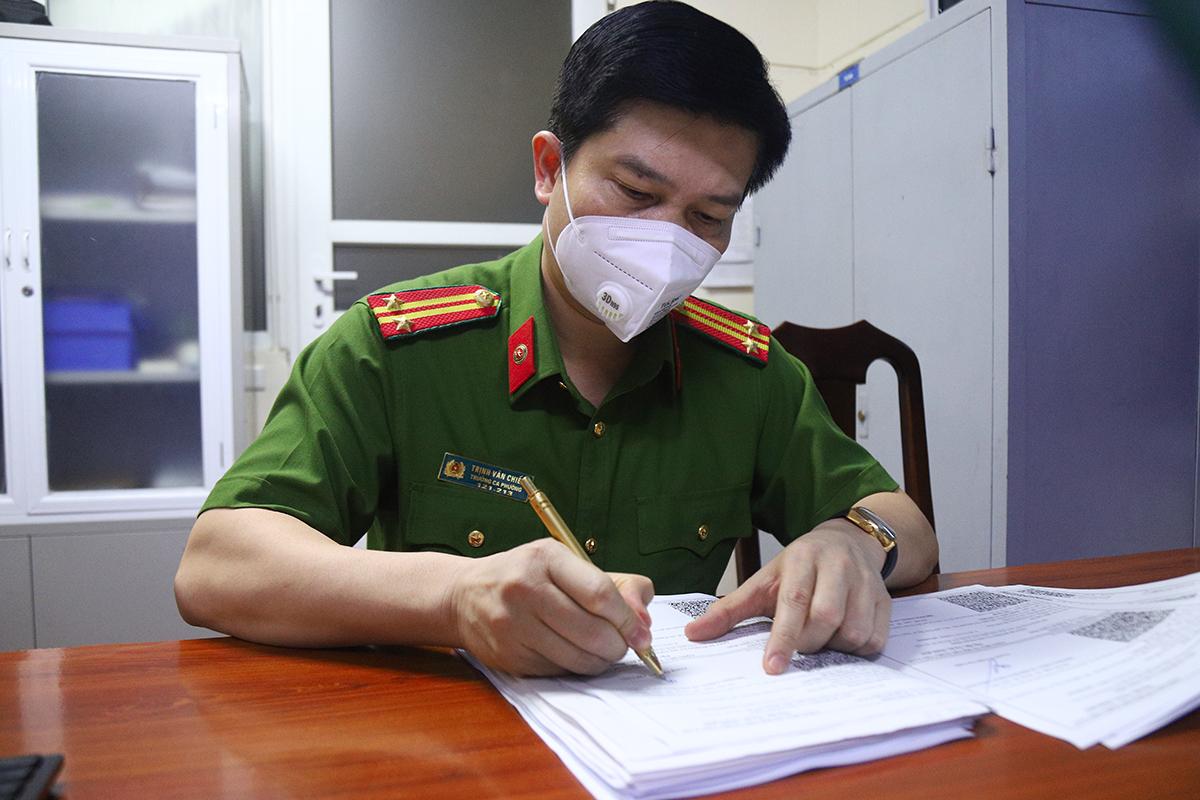 Trung tá Trịnh Văn Chiến ký giấy đi đường lúc nửa đêm, 6/9. Ảnh: Phạm Dự.