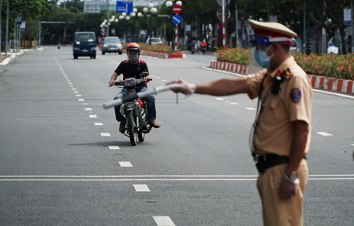 CSGT Vũng Tàu dừng xe người đàn ông để kiểm tra giấy đi đường, ngày 3/9. Ảnh: Trường Hà