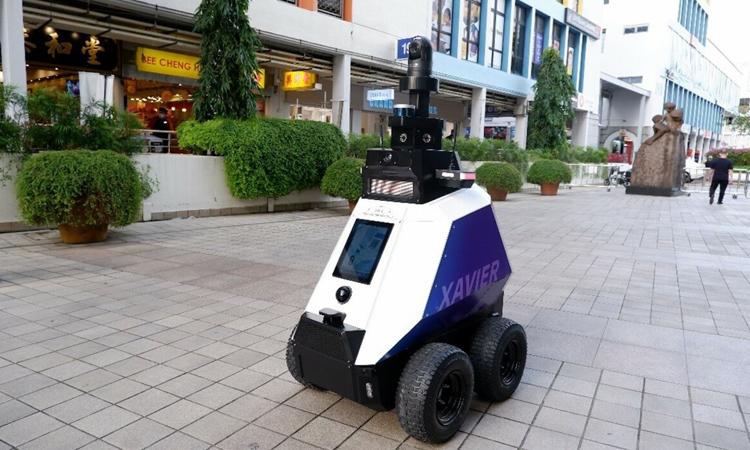 Xavier, robot tuần tra đường phố ở Singapore. Ảnh: HXT