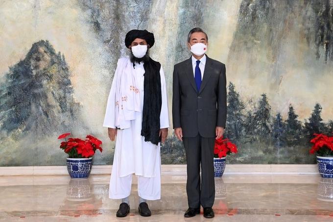 Ngoại trưởng Trung Quốc Vương Nghị (phải) gặp thủ lĩnh Taliban Mullah Abdul Ghani Baradar tại Thiên Tân hôm 28/7. Ảnh: Reuters.