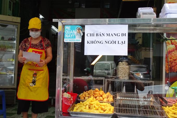 Một quán bán mang đi ở đường D5, quận Bình Thạnh, ngày 22/5. Ảnh: Hà An