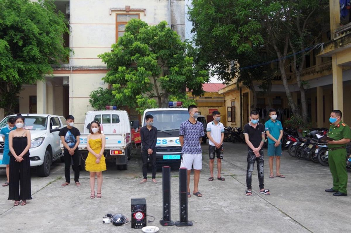 Chủ cửa hàng quần áo ở xã Tái Sơn cùng 8 thanh niên nam, nữ sử dụng ma túy, bay lắc tại cửa hàng bị công an huyện Tứ Kỳ (Hải Dương) bắt giữ. Ảnh: Công an cung cấp