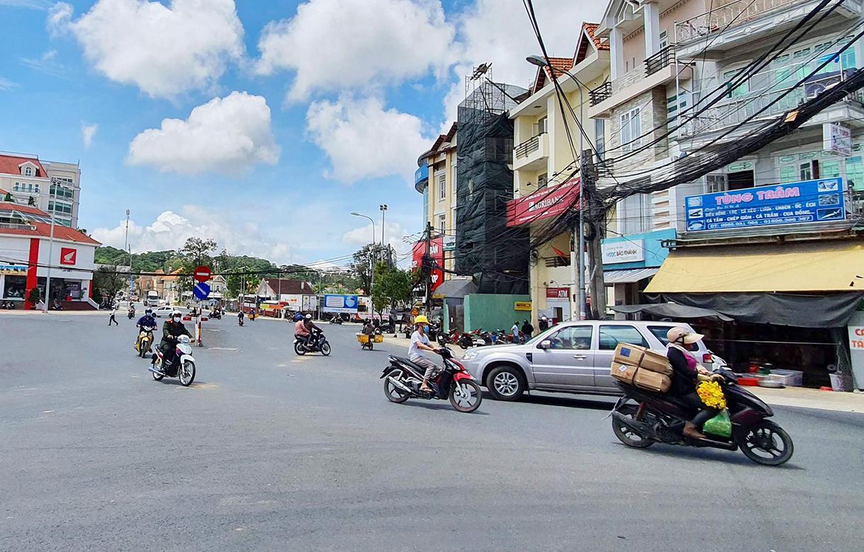 Người dân Đà Lạt đi lại trên phố trong trạng thái bình thường mới ngày 8/9. Ảnh: Khánh Hương