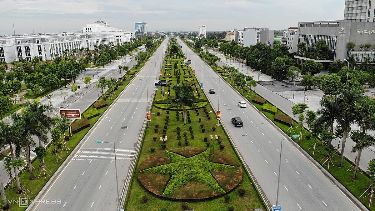 Đại lộ Nguyễn Hoàng vắng vẻ những ngày thành phố Thanh Hoá thực hiện giãn cách tuần vừa qua. Ảnh: Lê Hoàng.