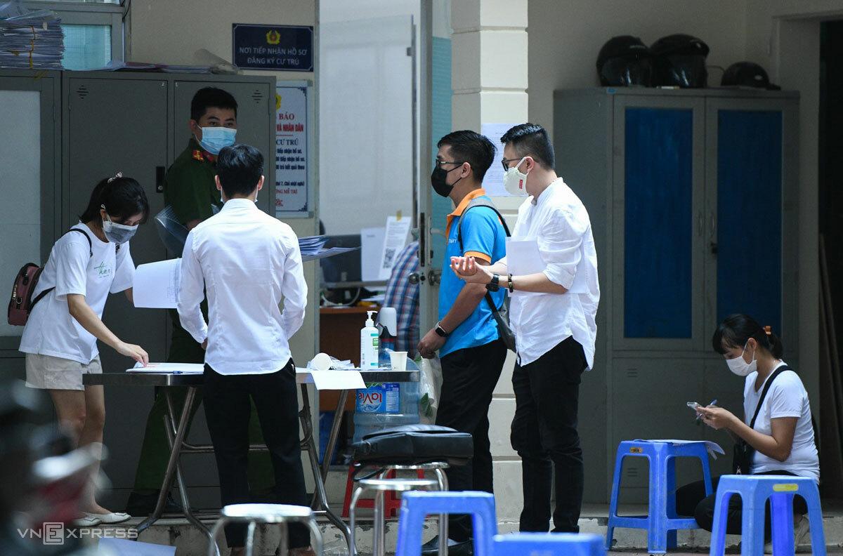 Chiều 7/9, đại diện nhiều doanh nghiệp vẫn đến nộp hồ sơ cấp giấy đi đường tại Công an phường Mễ Trì, Nam Từ Liêm. Ảnh: Than Hoàng