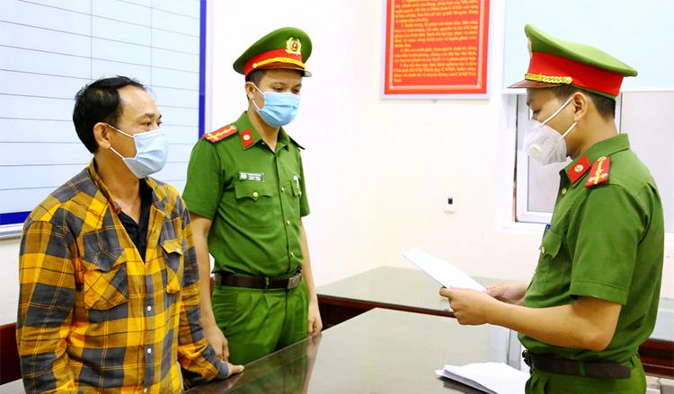 Ông Cương (ngoài cùng, góc trái) thời điểm bị khởi tố. Ảnh: Công an cung cấp