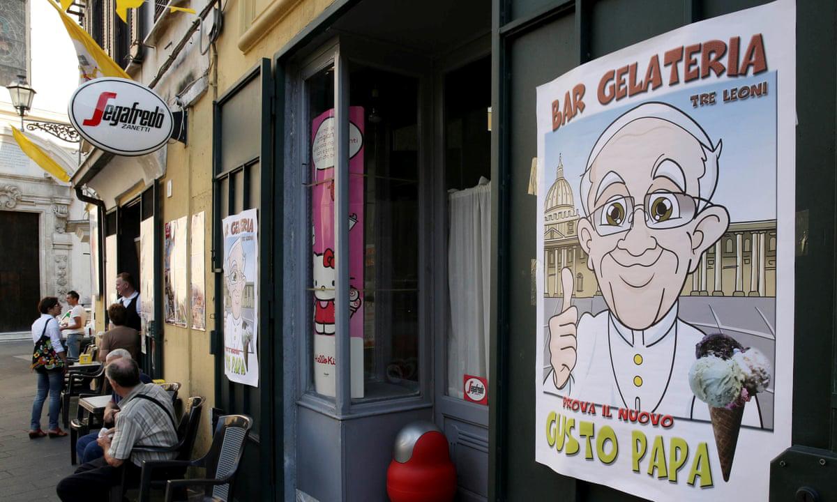 Một cửa hàng có bán loại kem vinh danh Giáo hoàng Francis tại Cassano allo Ionio, miền nam Italy. Ảnh: Reuters.
