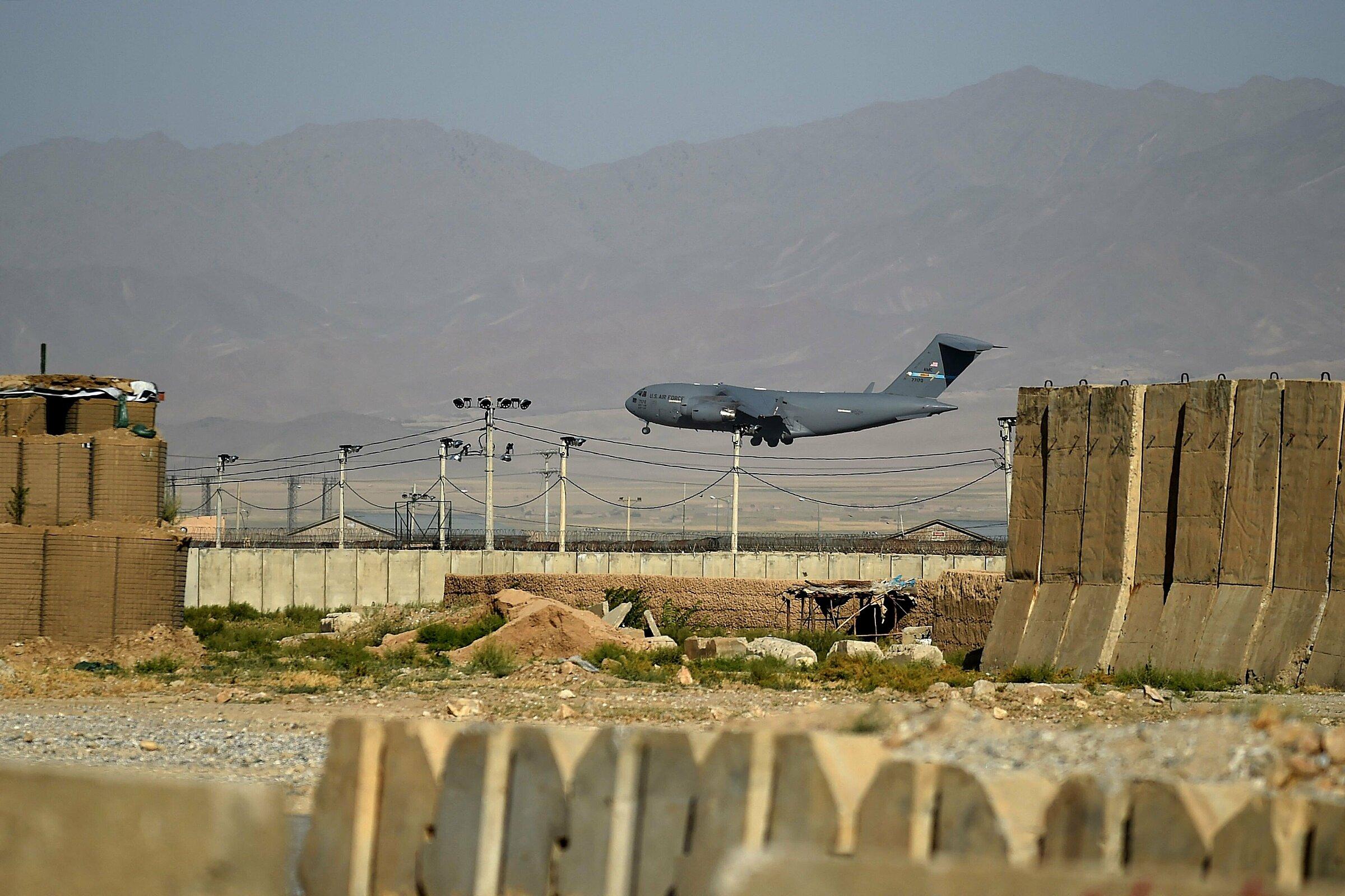 Máy bay vận tải quân sự Mỹ hạ cánh tại sân bay Bagram, Afghanistan vào ngày 1/7 trước khi hoàn tất bàn giao. Ảnh: AFP.