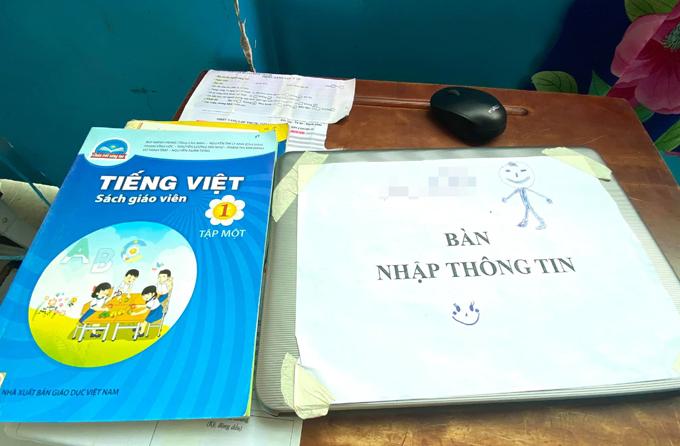 Các thầy cô giáo trong nhóm cô Linh mang theo máy tính xách tay và sách giáo khoa để soạn bài khi tham gia chống dịch. Ảnh: Nhân vật cung cấp