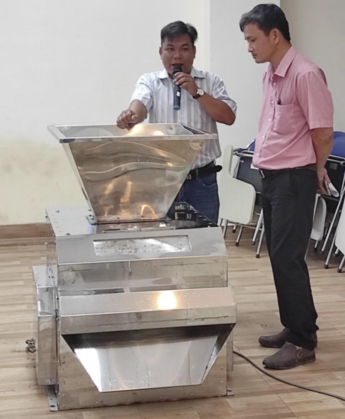 Anh Phạm Trương Ngọc An (trái) giới thiệu về máy lọc sạn đá cho nông sản. Ảnh: NVCC