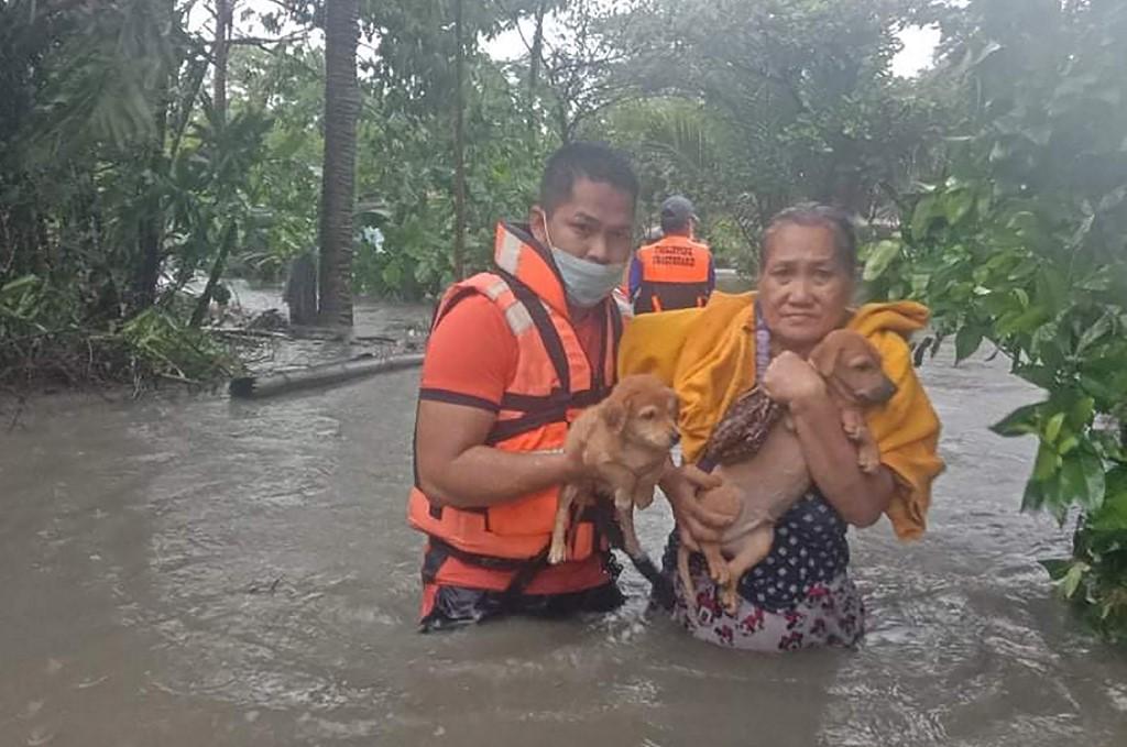 Lực lượng bảo vệ bờ biển Philippines sơ tán người dân và vật nuôi khi bão Côn Sơn đổ bộ ngôi làng ở thị xã Naic, tỉnh Cavite, tây nam Manila, hôm 8/9. Ảnh: AFP