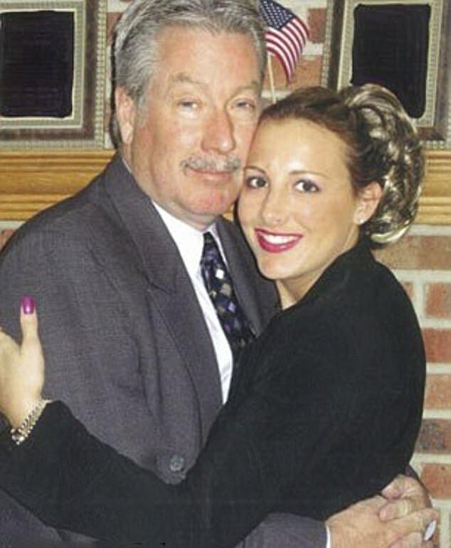 Drew Peterson và người vợ 19 tuổi, Stacy Cales. Ảnh: DailymailUK