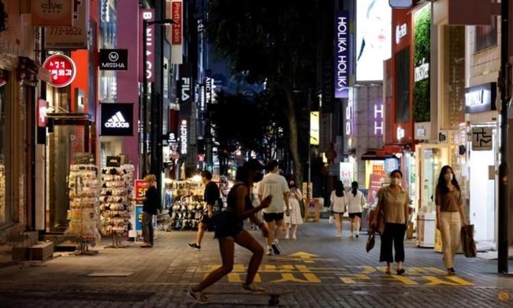 Mọt con phố ở thủ đô Seoul, Hàn Quốc, ngày 12/7. Ảnh: Reuters.