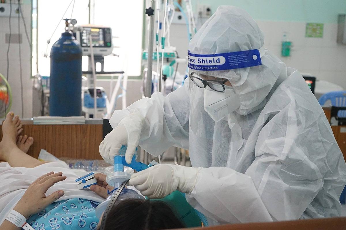 Bác sĩ Bệnh viện Hùng Vương, TP HCM đang điều trị cho sản phụ mắc Covid-19. Ảnh: Diễm Hằng.