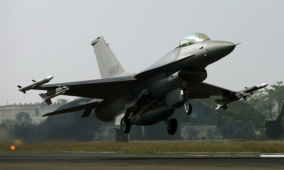 Tiêm kích F-16V cất cánh từ một căn cứ của phòng vệ trên không Đài Loan hồi tháng 1. Ảnh: CNA.