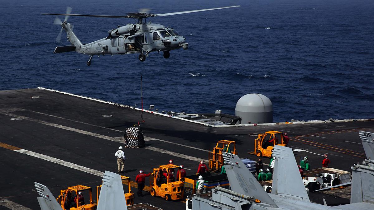 Trực thăng MH-60S chuyển hàng lên tàu sân bay USS Abraham Lincoln trên biển Arab tháng 6/2019. Ảnh: US Navy.