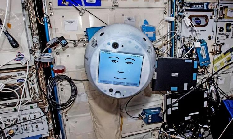 CIMON chuẩn bị cho những thí nghiệm mới trên trạm ISS. Ảnh: Airbus