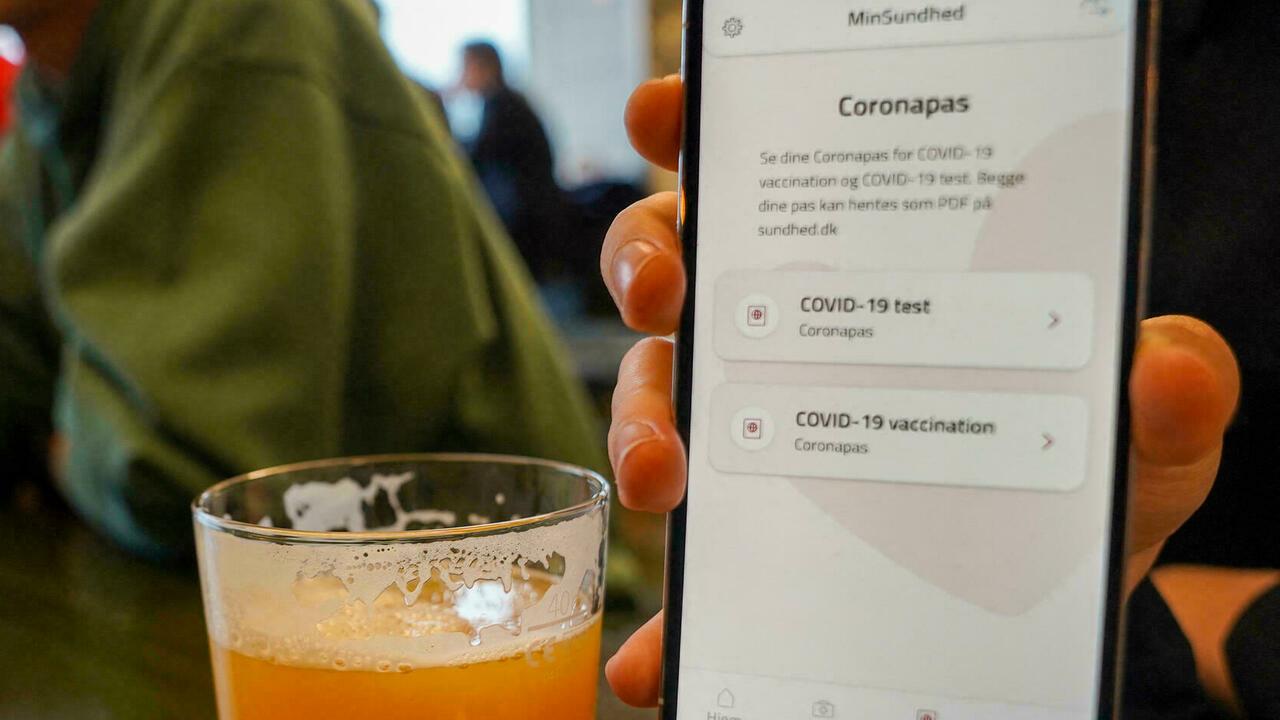 Một người Đan Mạch sử dụng tính năng Coronapass trong ứng dụng thông tin y tế cá nhân để đến quán bia vào tháng 5. Ảnh: AFP.