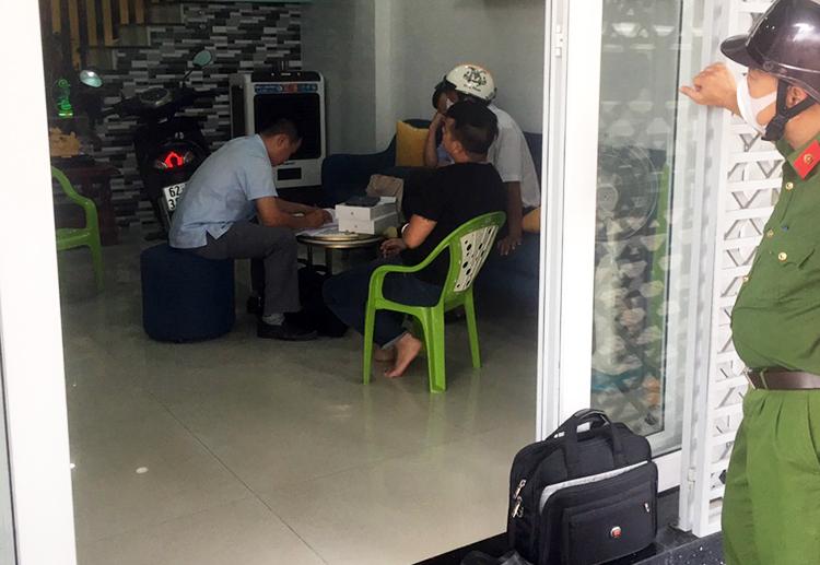 Cảnh sát làm việc với Trương Châu Hữu Danh tại nhà ở Long An cuối năm 2020. Ảnh: Châu Thành