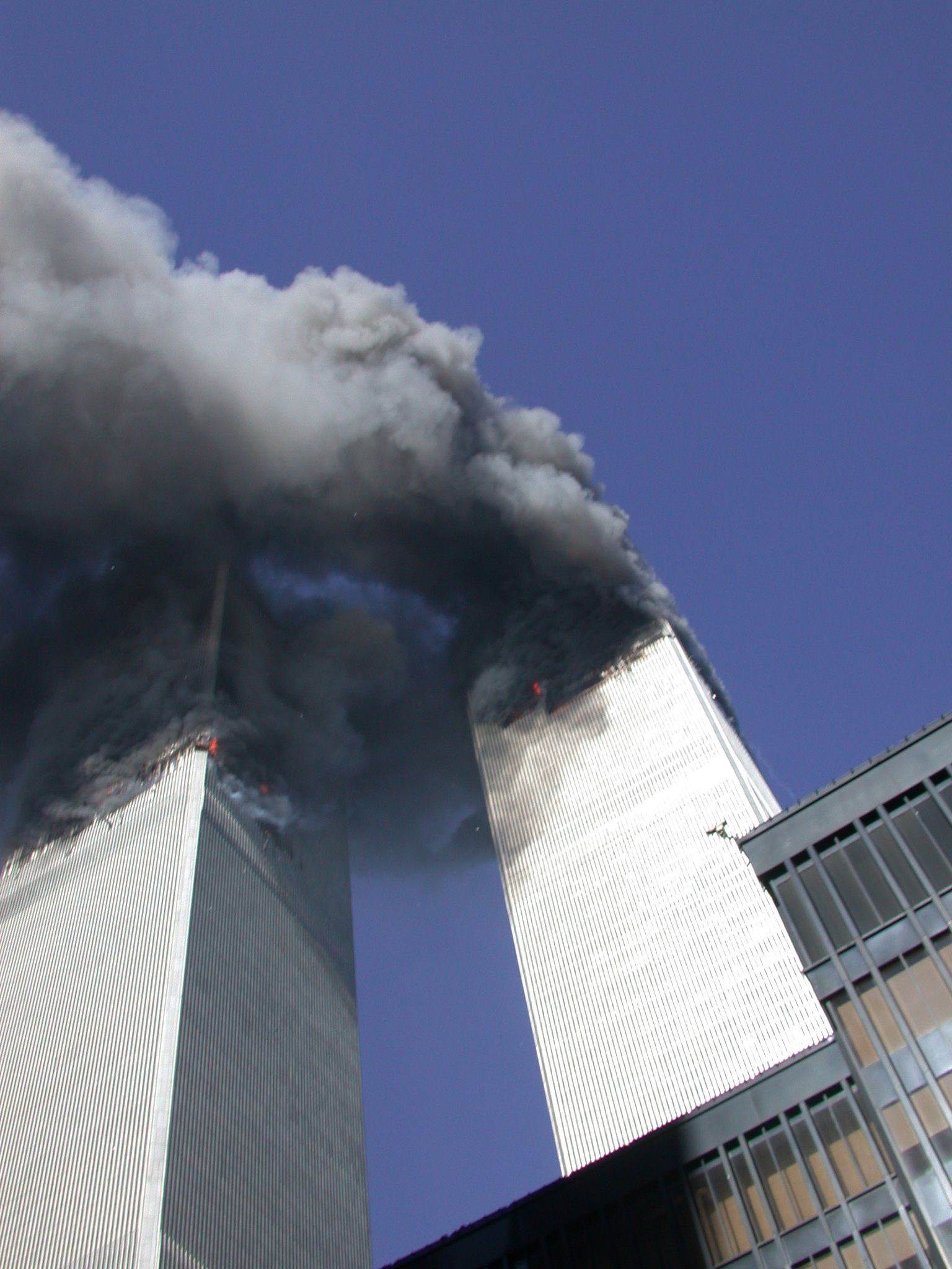 Khói đen bao trùm tòa tháp Trung tâm Thương mại Thế giới trong vụ tấn công ngày 11/9. Ảnh: Twitter/@SecretService.