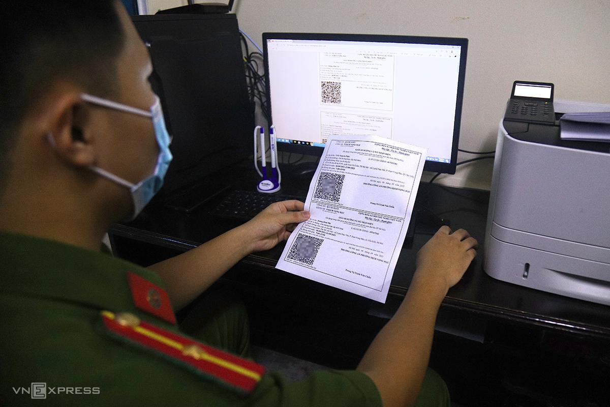 Công an phường Dịch Vọng Hậu, quận Cầu Giấy cấp giấy đi đường mẫu mới. Ảnh: Phạm Dự.