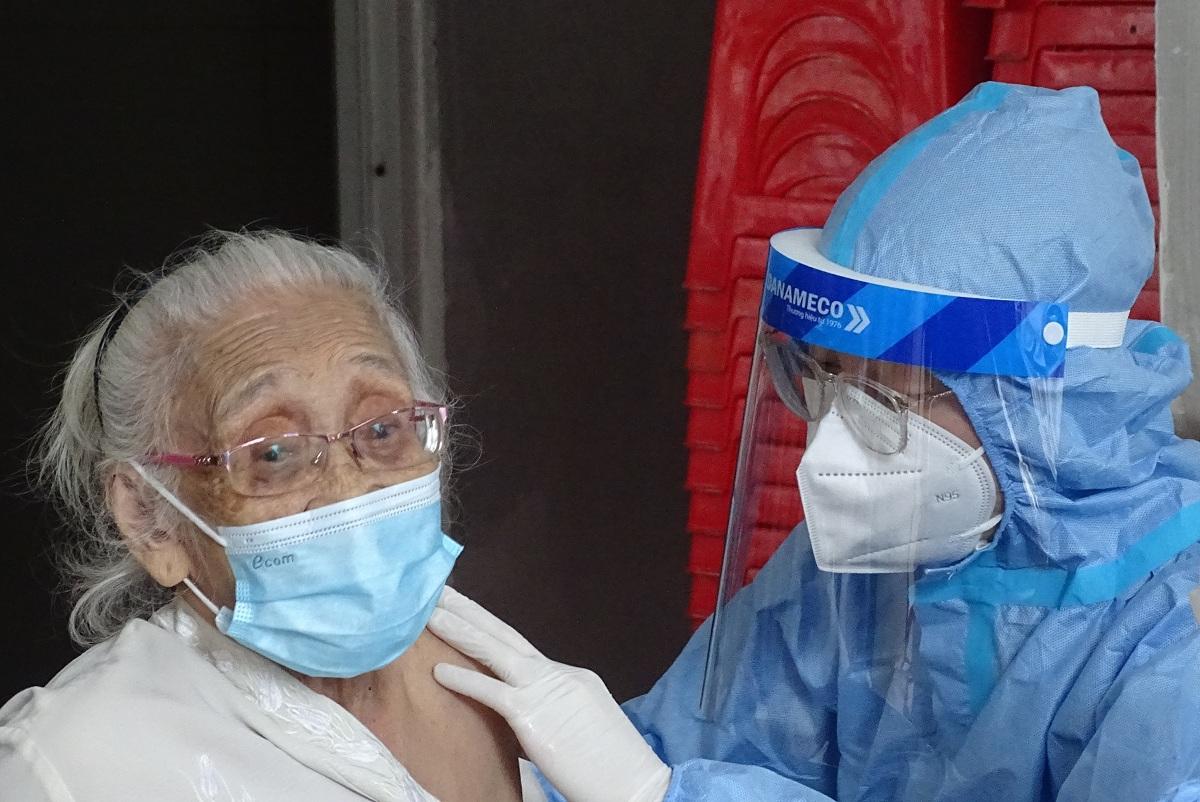Người cao tuổi tại phường Đa Kao tiêm trộn vaccine mũi 2 loại Pfizer sau khi tiêm mũi 1 Moderna, sáng 9/9. Ảnh: Hà An.