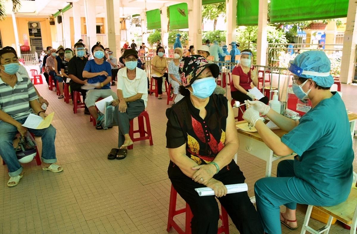 Người dân tiêm vaccine Pfizer mũi 2 tại phường 14, hôm 6/9. Ảnh: UBND phường 14.