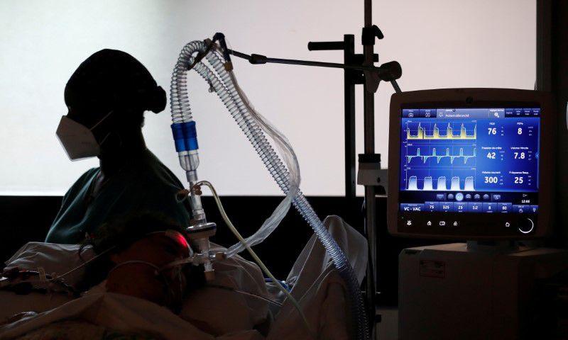 Bệnh nhân Covid-19 tại phòng điều trị tích cực trong một bệnh viện ở Saint-Denis, gần thủ đô Paris của Pháp, hôm 4/5. Ảnh: Reuters.