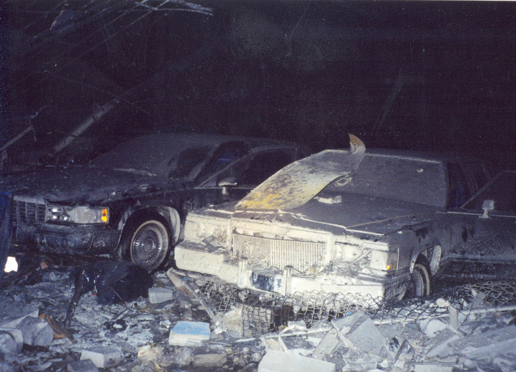 Những chiếc limousine bọc thép đỗ ở nơi từng là văn phòng thực địa của Cơ quan Mật vụ tại New York bị phá hủy sau vụ tấn công 11/9. Ảnh: Twitter/@SecretService.