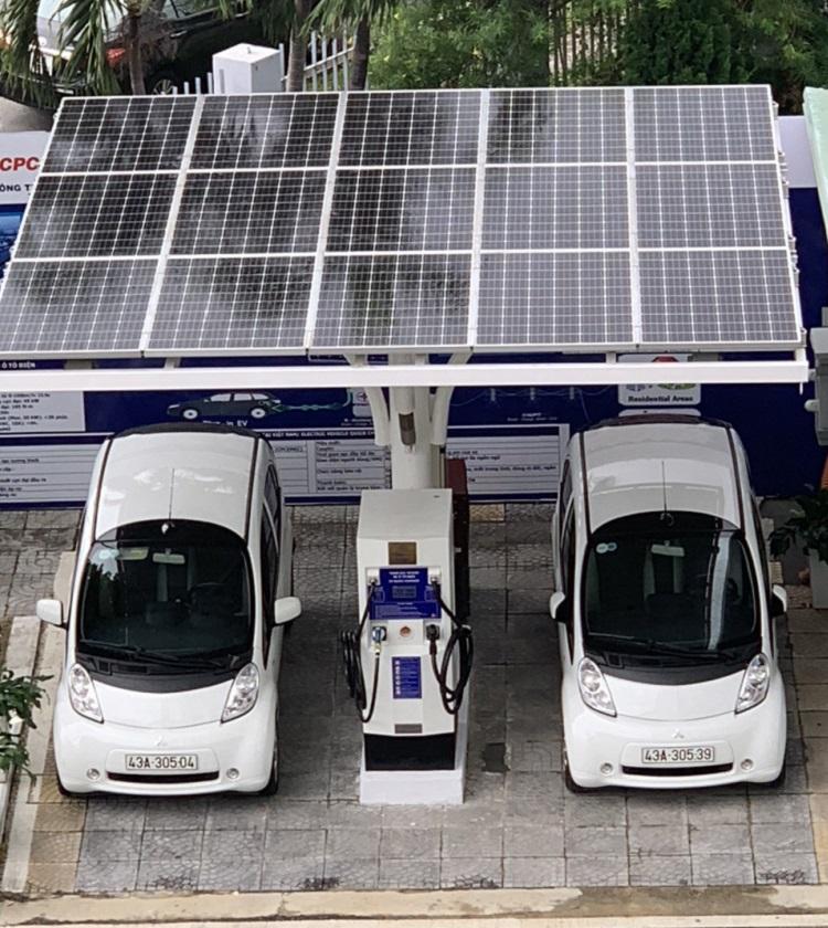 Mái trạm là tấm pin mặt trời giúp bổ sung nguồn sạc trong trường hợp không đủ lượng điện dự trữ. Ảnh: Nhóm nghiên cứu