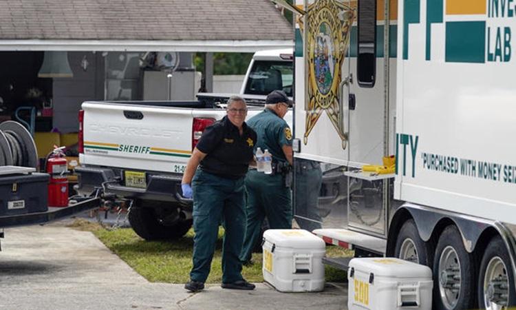 Cảnh sát hạt Polk làm việc bên ngoài ngôi nhà xảy ra vụ thảm sát khiến 4 người thiệt mạng ở bang Florida, Mỹ hôm 7/9. Ảnh: AP.