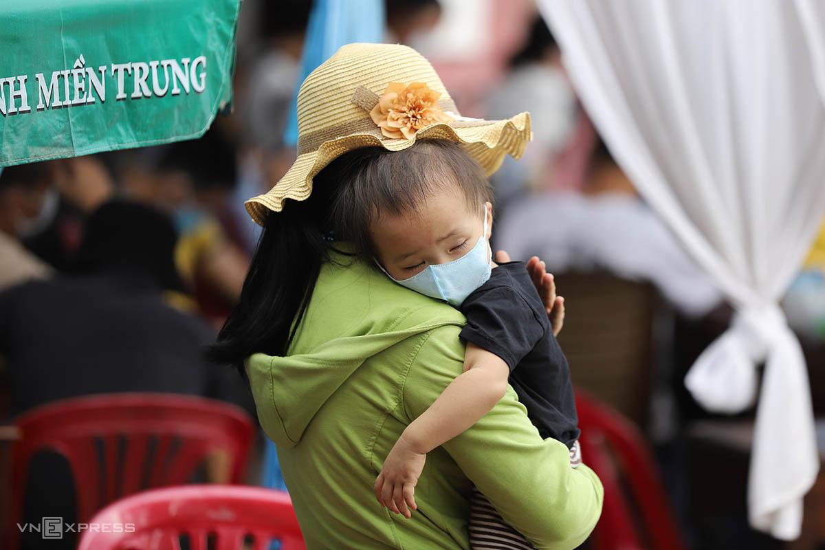 Em bé theo mẹ từ Sài Gòn về Thừa Thiên Huế tránh dịch, tháng 7/2021. Ảnh: Võ Thạnh